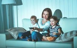Mère et enfants de famille regardant la télévision à la maison Photos stock