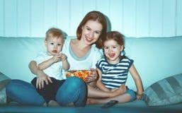 Mère et enfants de famille regardant la télévision à la maison Images stock
