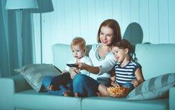 Mère et enfants de famille regardant la télévision à la maison Photographie stock libre de droits