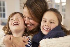Mère et enfants de portrait à la maison image libre de droits