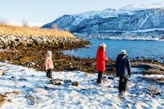 Mère et enfants dehors l'hiver Photo libre de droits