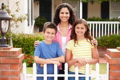 Mère et enfants en dehors de maison images stock
