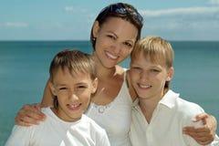 Mère et enfants en mer Photos libres de droits