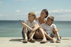 Mère et enfants en mer Images libres de droits