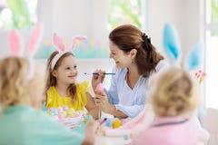Mère et enfants, oeufs de pâques de coloration de famille image libre de droits
