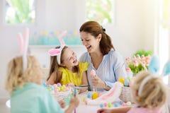 Mère et enfants, oeufs de pâques de coloration de famille photos libres de droits