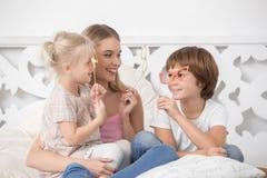 Mère et enfants Parenting le concept de soin d'amour de maternité Image stock