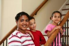 Mère et enfants sur des escaliers Photo libre de droits