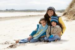 Mère et enfants sur la plage de l'hiver Photos libres de droits
