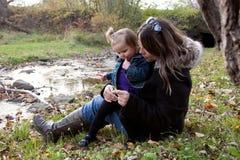 Mère et fille à côté de crique Images stock