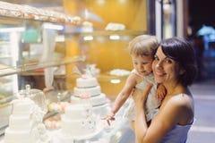 Mère et fille à la boutique de pâtisserie Photographie stock