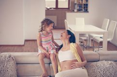 Mère et fille à la maison ensemble Photographie stock libre de droits