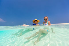 Mère et fille à la plage Photos libres de droits