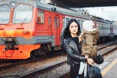 Mère et fille à la station de train Image stock