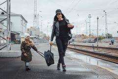 Mère et fille à la station de train Images libres de droits