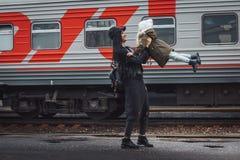 Mère et fille à la station de train Image libre de droits