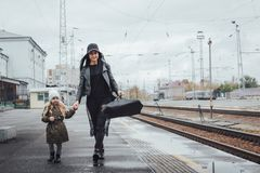 Mère et fille à la station de train Photo libre de droits