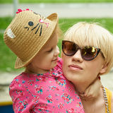 Mère et fille étreignant dans l'amour jouant en parc Photo libre de droits