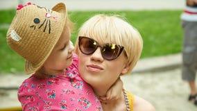 Mère et fille étreignant dans l'amour jouant en parc Photo stock