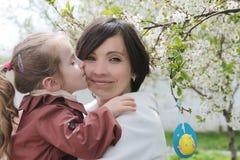 Mère et fille étreignant parmi le jardin de ressort Images libres de droits