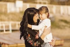 Mère et fille étreintes Images libres de droits