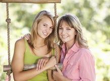 Mère et fille adolescente par la cabane dans un arbre Image libre de droits