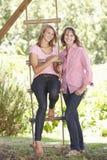 Mère et fille adolescente par la cabane dans un arbre Photo stock