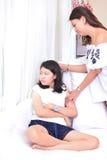 Mère et fille adolescente parlant dans le salon photos stock