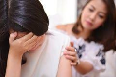Mère et fille adolescente parlant dans le salon photographie stock libre de droits