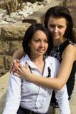 Mère et fille adolescente s'asseyant et souriant ensemble Photo libre de droits
