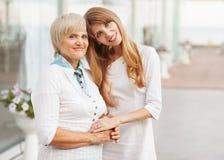 Mère et fille adultes Images stock
