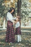 Mère et fille appréciant ensemble Photographie stock