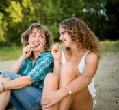Mère et fille appréciant la barre de chocolat Photo libre de droits