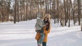 Mère et fille appréciant Sunny Weather en parc d'hiver, ayant l'amusement extérieur clips vidéos