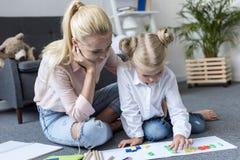 Mère et fille apprenant des mathématiques Photo stock