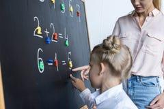 Mère et fille apprenant des nombres Photo libre de droits