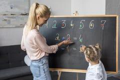 Mère et fille apprenant des nombres Photographie stock