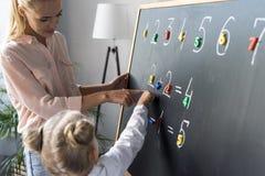 Mère et fille apprenant des nombres Photo stock