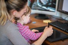 Mère et fille apprenant la peinture avec des comprimés de stylo, développement de l'enfant, technologie informatique et des outil Photos stock