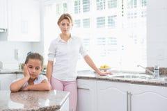 Mère et fille après un argument images libres de droits
