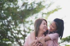 Mère et fille asiatiques dans les happines à l'extérieur Photos stock