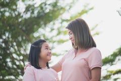Mère et fille asiatiques dans les happines à l'extérieur Image libre de droits