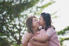 Mère et fille asiatiques dans les happines à l'extérieur Photo stock