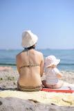 Mère et fille au bord de la mer Photo libre de droits