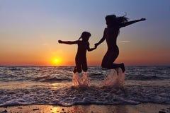 Mère et fille au coucher du soleil Photos libres de droits