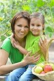 Mère et fille au jardin Photos stock