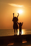 Mère et fille au lever de soleil Photos stock