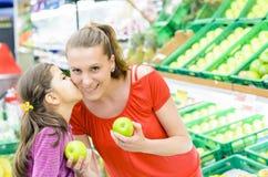 Mère et fille aux achats Image libre de droits