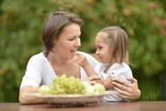 Mère et fille avec des fruits Images stock