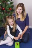 Mère et fille avec des présents photographie stock